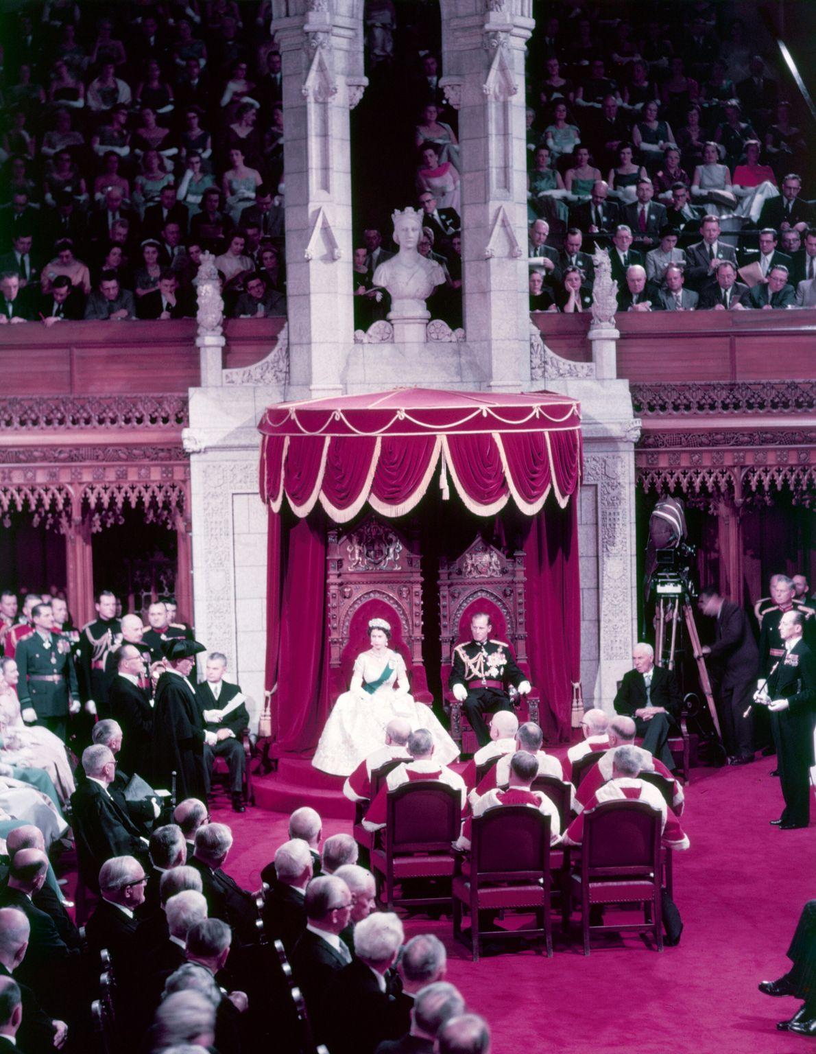 Com o príncipe Philip ao seu lado, a rainha Elizabeth abre a sessão parlamentar na câmara ...