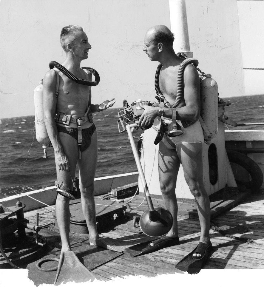 Jacques Cousteau dá instruções a Luis Marden antes de um mergulho em Aqualung.