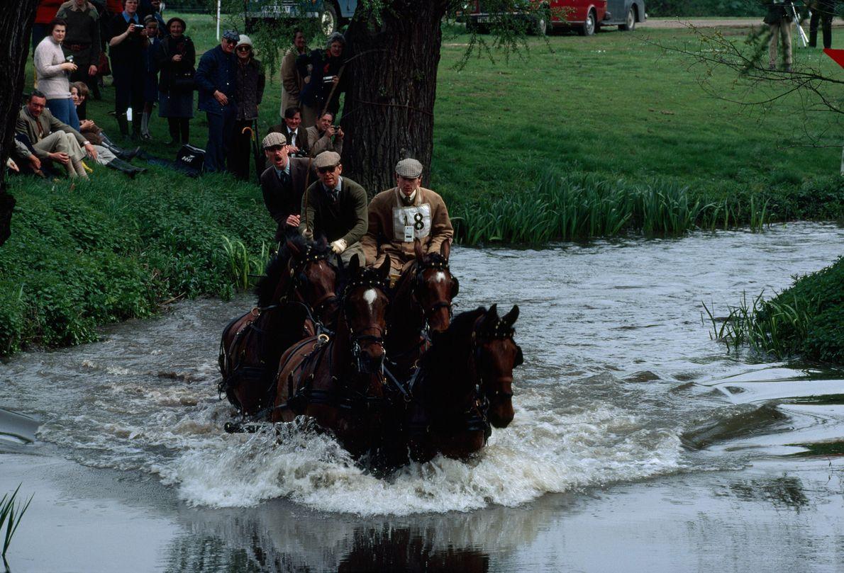 Príncipe Philip conduz a carruagem que representa a rainha Elizabeth em corrida no palácio de Windsor.