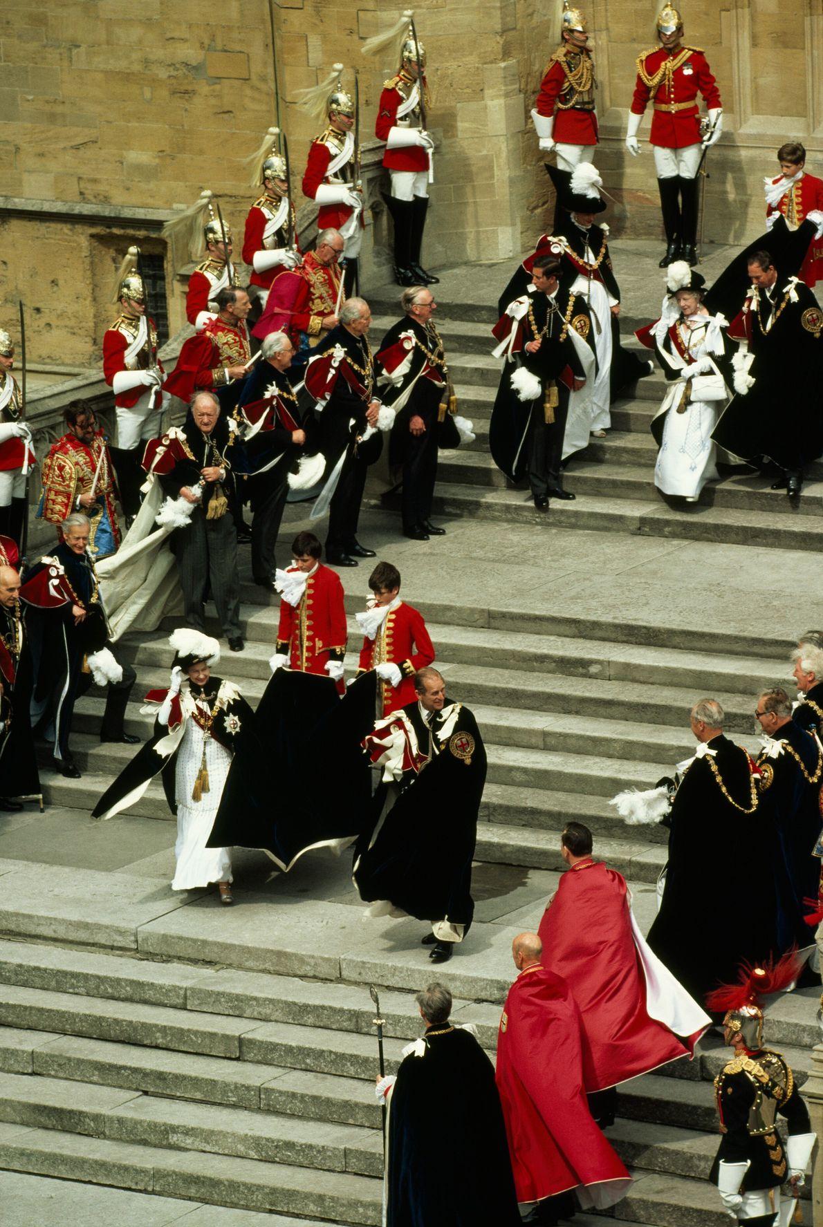 A rainha Elizabeth II e o príncipe Philip descem as escadas da capela São Jorge, no ...