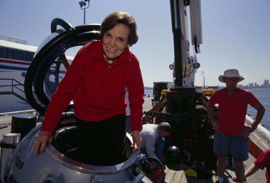 A oceanógrafa sai de um submersível na orla de Vancouver, no Canadá. Sylvia é exploradora da National Geographic Society.