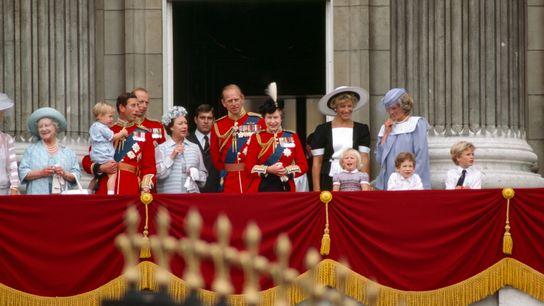 Com o príncipe Philip ao centro, ao lado da rainha, a família real assiste ao cortejo de ...