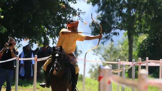 O arco-e-flecha sobre cavalos volta a ganhar popularidade, mas como esporte