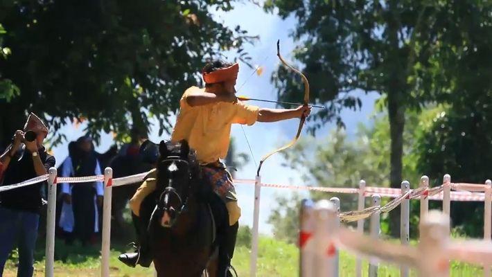Arco e flecha montado a cavalo volta a se popularizar como esporte