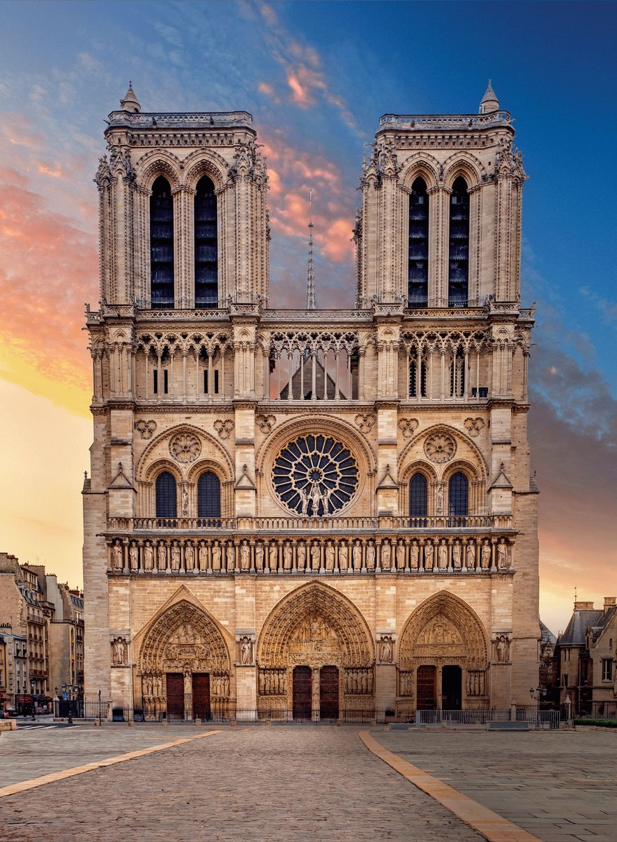 Na década de 1240, o mestre de obras Jean de Chelles, o primeiro arquiteto de Notre-Dame cuja identidade é conhecida, terminou a nave e as duas torres da fachada principal.