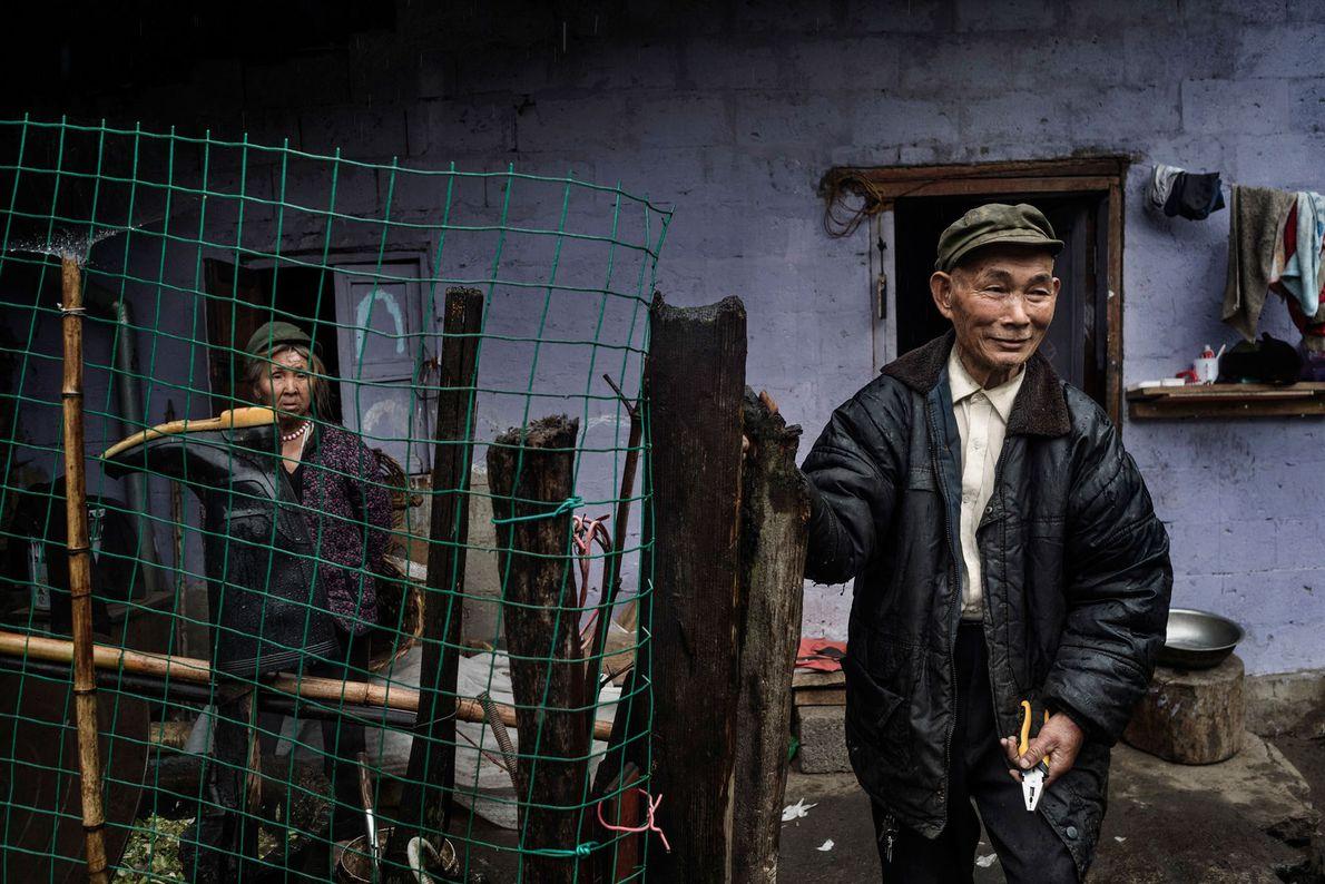 casal chinês criam porcos próximo ao Rio Pula