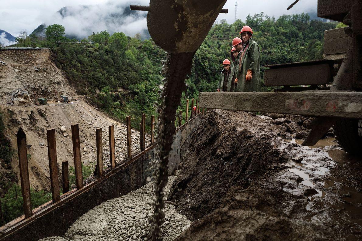 Imagem de trabalhadores construindo a ponte