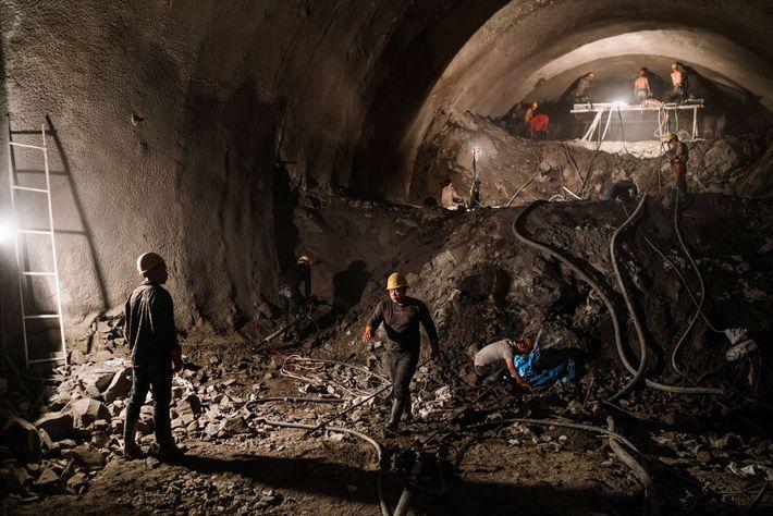 Imagem dos trabalhadores dentro da construção do túnel