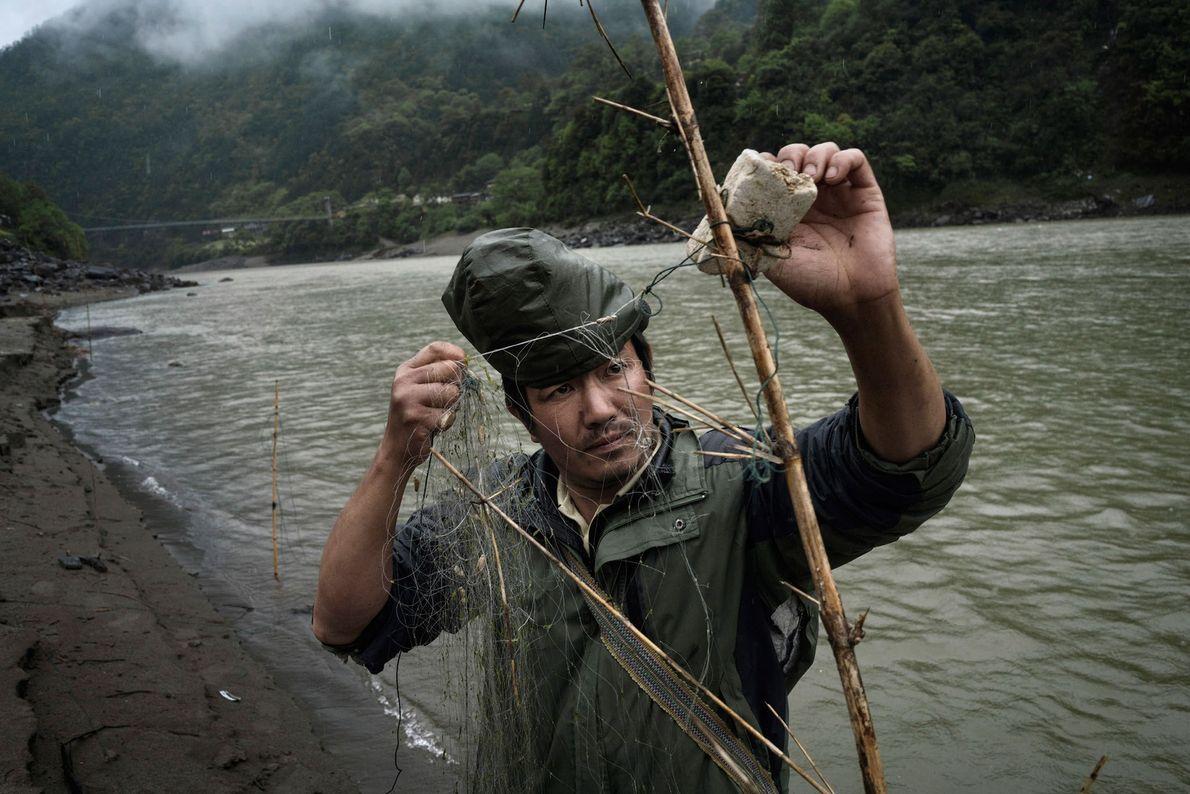 Imagem de pescador no Rio Nu, Yunnan, China