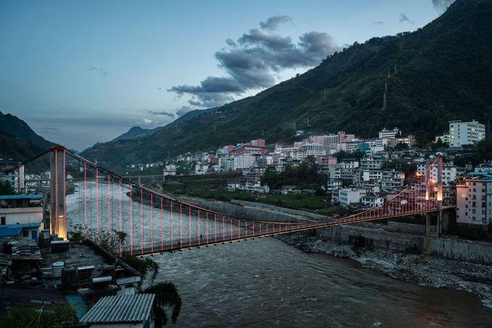 Imagem da ponte que atravessa o Rio Nu, Yunnan, China