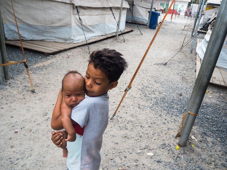 Demonstração de carinho no abrigo temporário que recebeu venezuelanos em Boa Vista, Roraima.