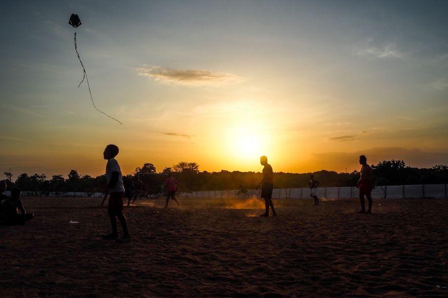 Crianças soltam pipa durante o pôr do sol em Boa Vista, Roraima.