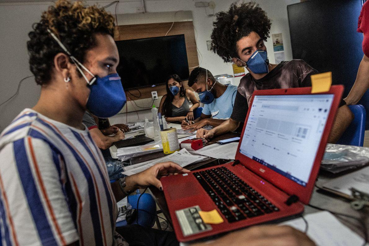 Voluntários da Associação de Moradores de Paraisópolis trabalham em ações para conter o avanço do coronavírus ...