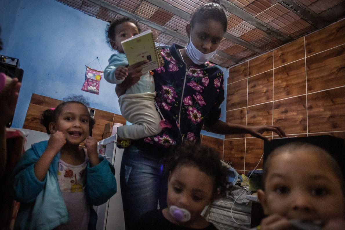 Além dos três filhos, Bruna também cuida de outras duas crianças que moram na mesma rua. ...