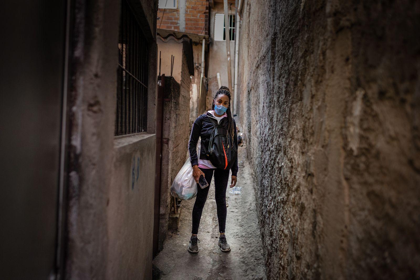 Maria dos Santos, 33 anos, é presidenta da rua Itajubaquara. Com a pandemia, ela perdeu os ...