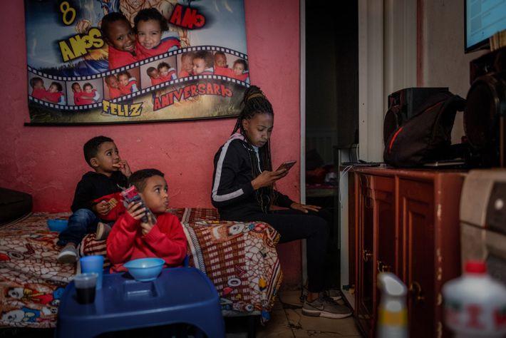 """Maria cuida dos dois filhos em sua casa em Paraisópolis. """"Tive que criar um cronograma, porque ..."""
