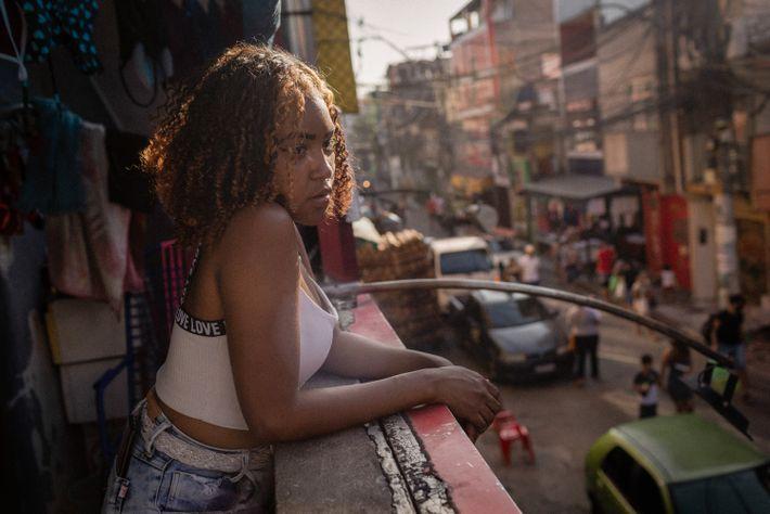 """Katielle Nunes de Araújo na varando de sua casa, na rua Melchior Giola. """"É muito ruim ..."""