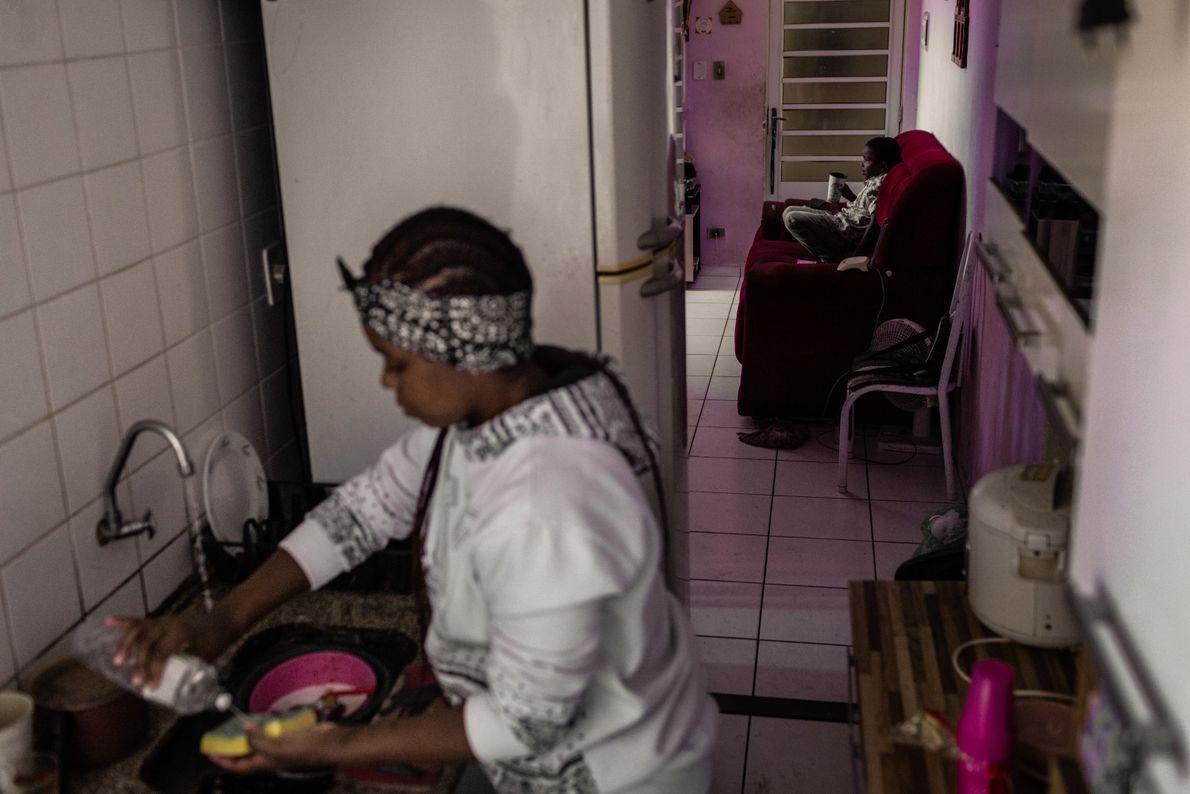 Casada com outra mulher da comunidade, Claudia é mãe de três filhos, madrasta de outro e ...