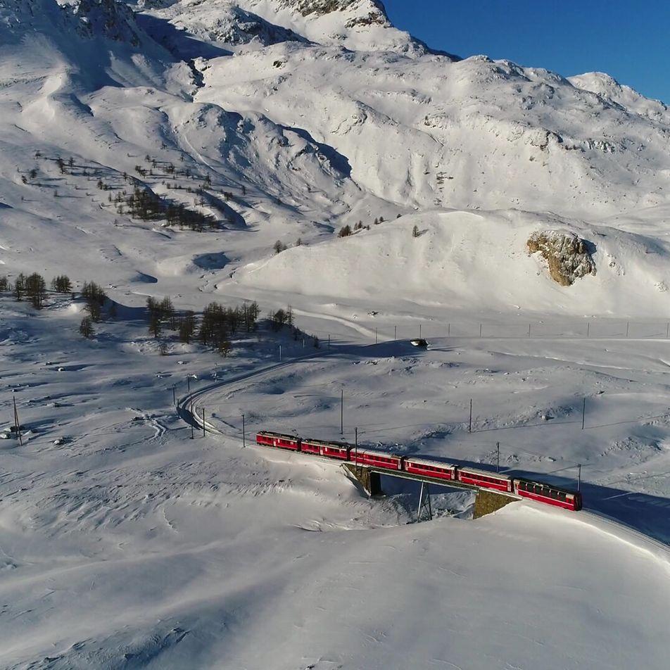 Esta icônica ferrovia suíça atravessa mais de 200 pontes, viadutos e túneis