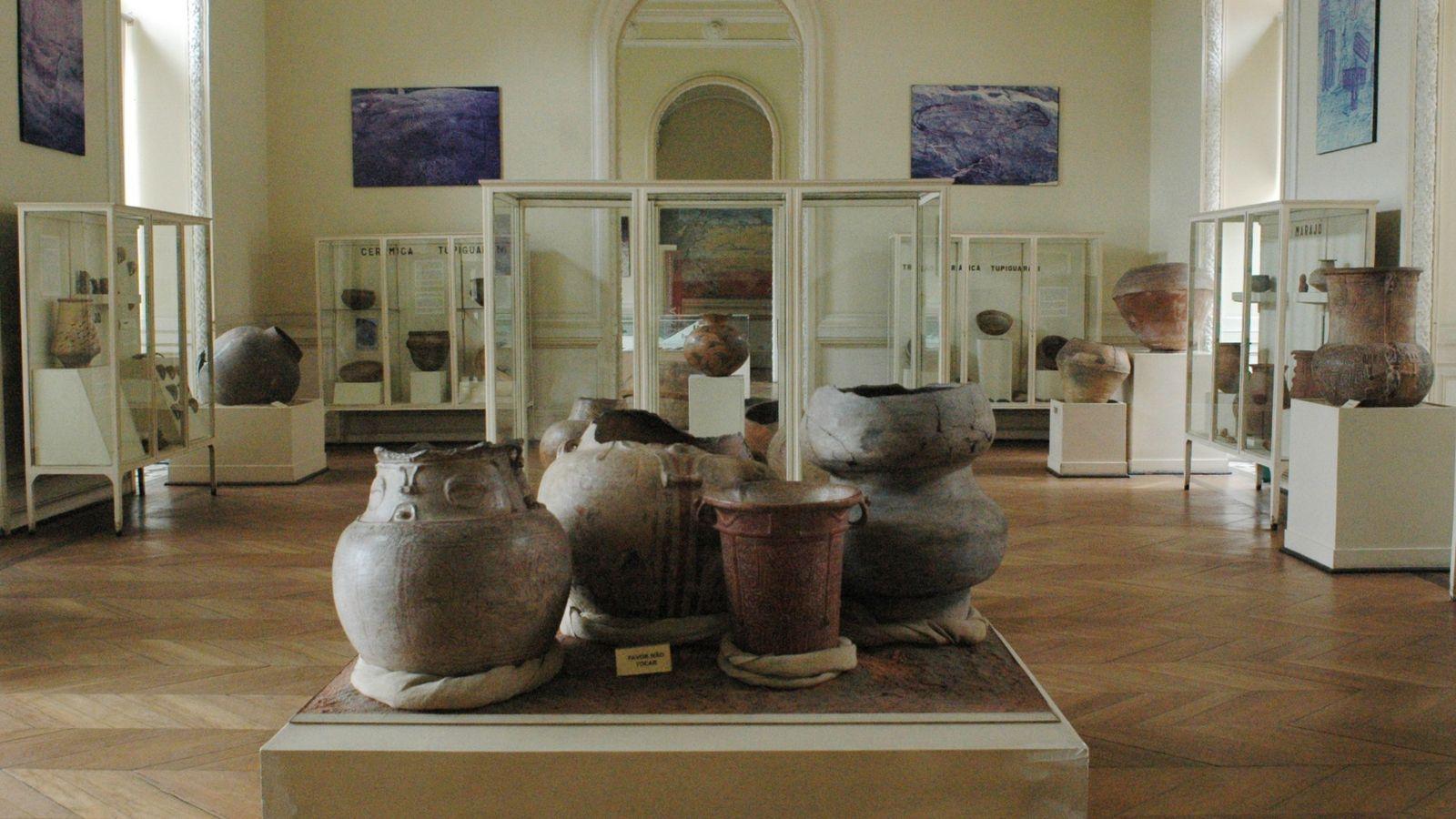 Cerâmicas em sala de arqueologia do Museu Nacional
