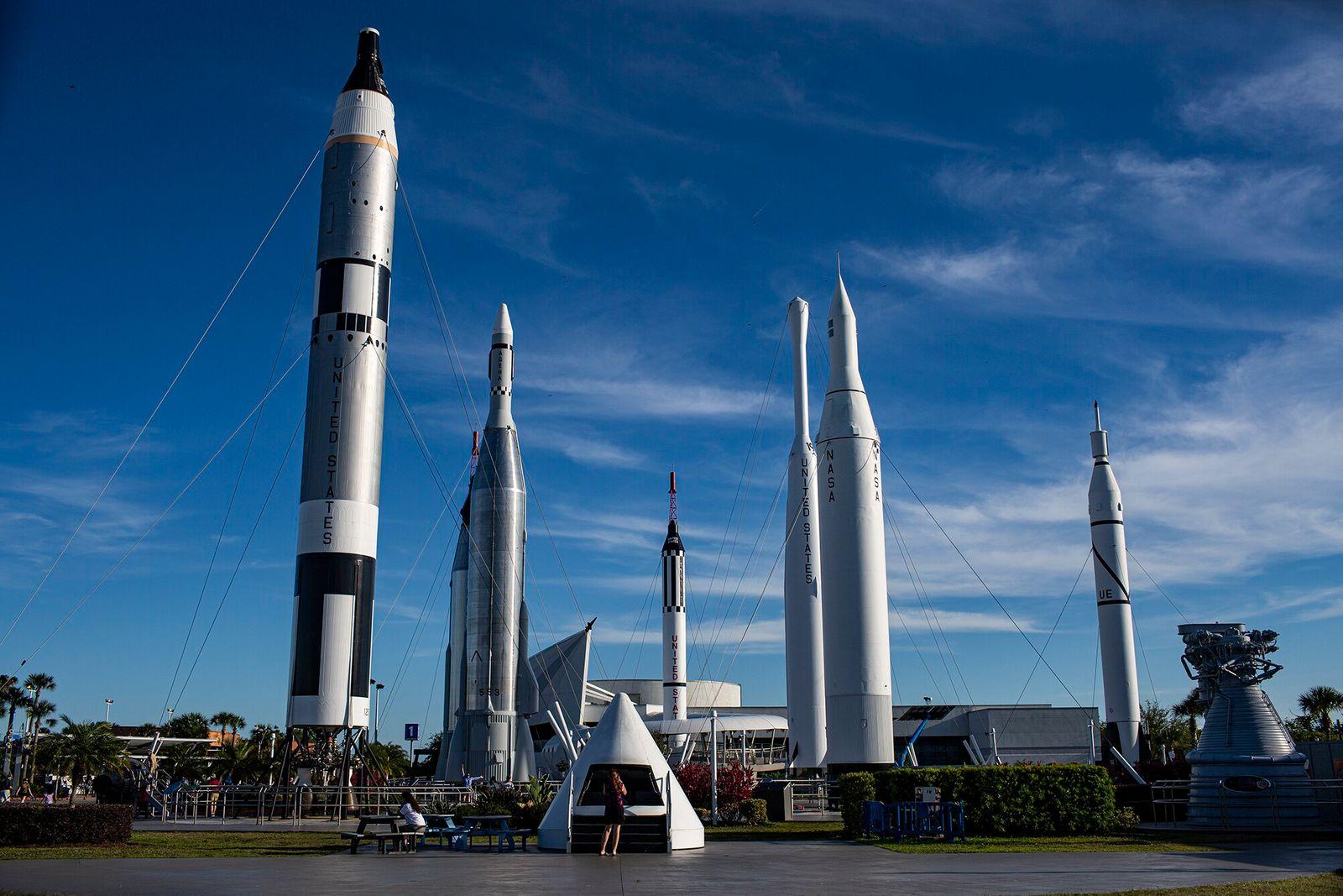 Costa espacial, Flórida   O Rocket Garden, no Complexo de Visitantes do Centro Espacial Kennedy, em ...