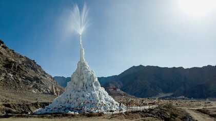 """As """"estupas de gelo"""" que podem irrigar o Himalaia"""