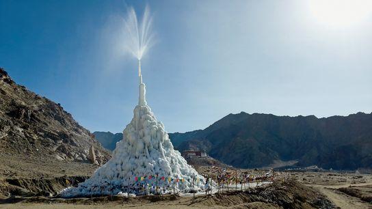 Para aliviar o impacto das mudanças climáticas nas populações do Himalaia, o engenheiro Sonam Wangchuk está ...