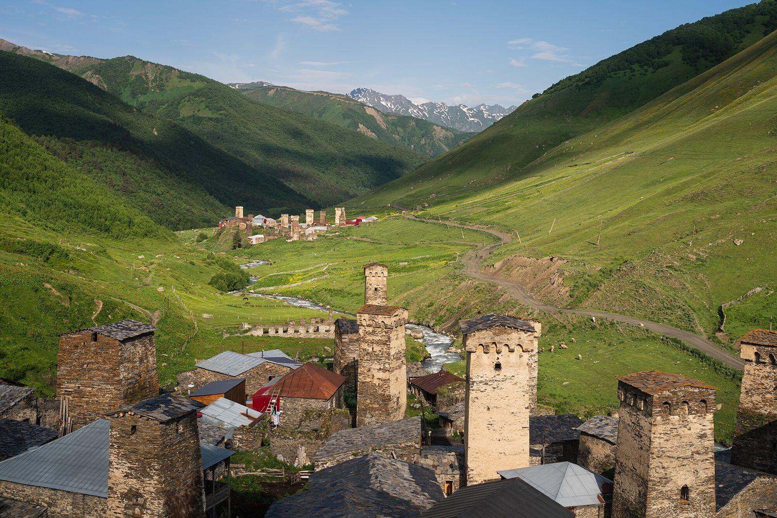 Svaneti, Geórgia   Cercada pelos picos nevados da cordilheira do Cáucaso, Svaneti abriga alguns dos vilarejos ...