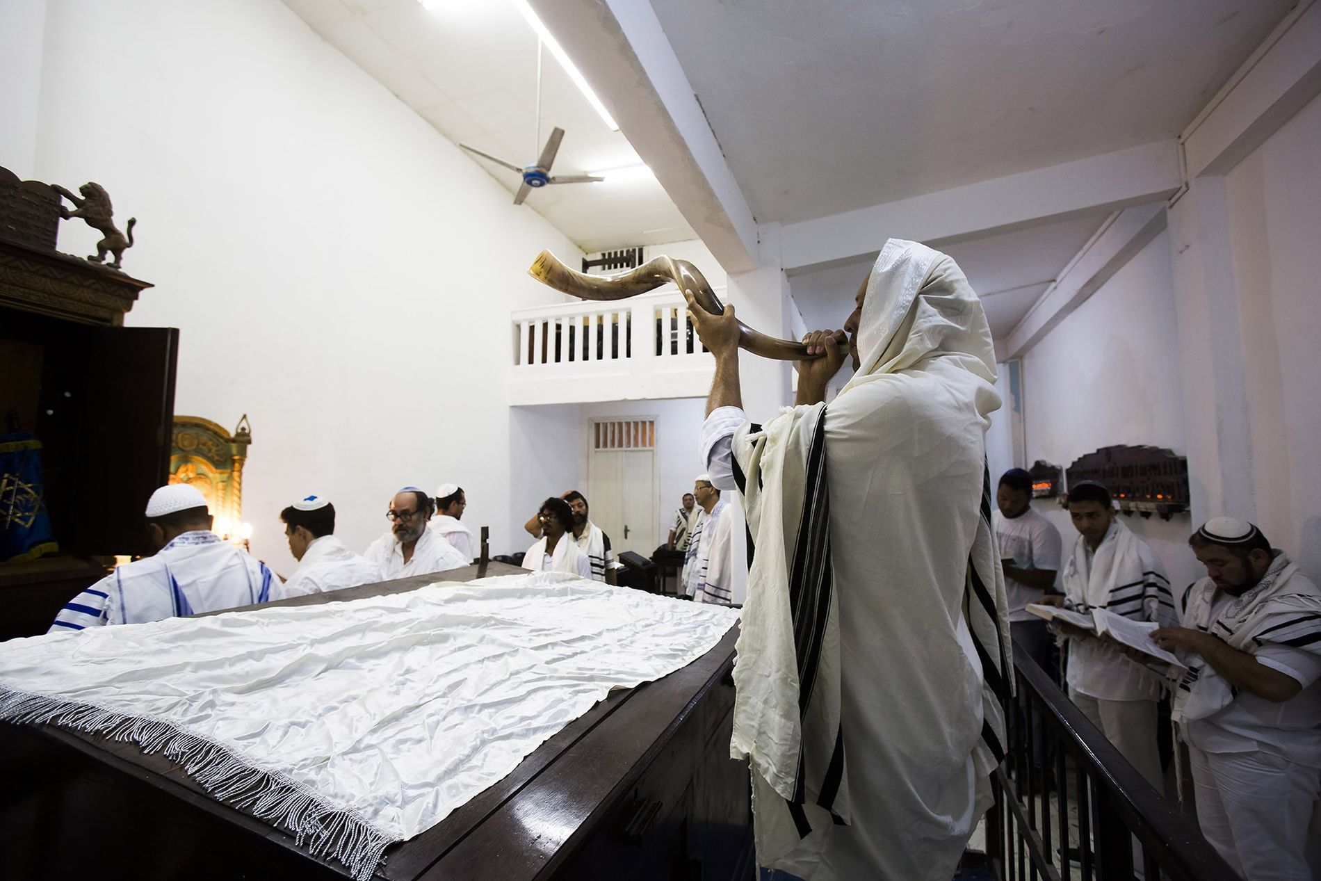 O som do chifre de carneiro, o shofar, pontua, na Sinagoga Israelita do Recife, o rito ...