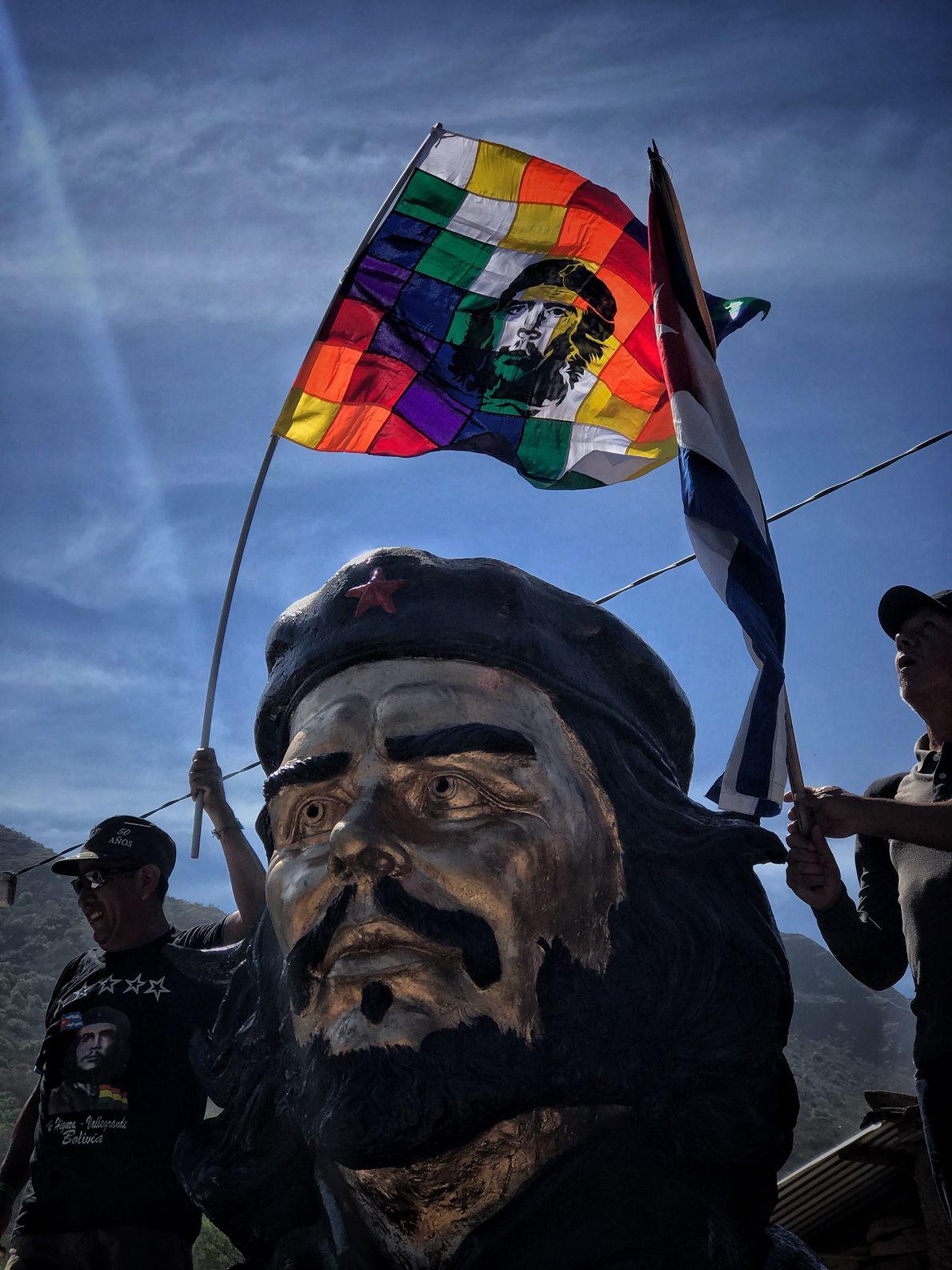 che-guevara-na-bolivia-estatua-la-higuera
