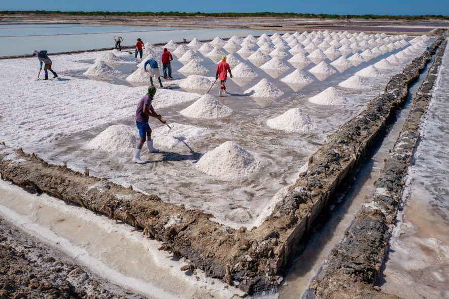 Cada pirâmide de sal equivale a quatro ou cinco carrinhos de mão.