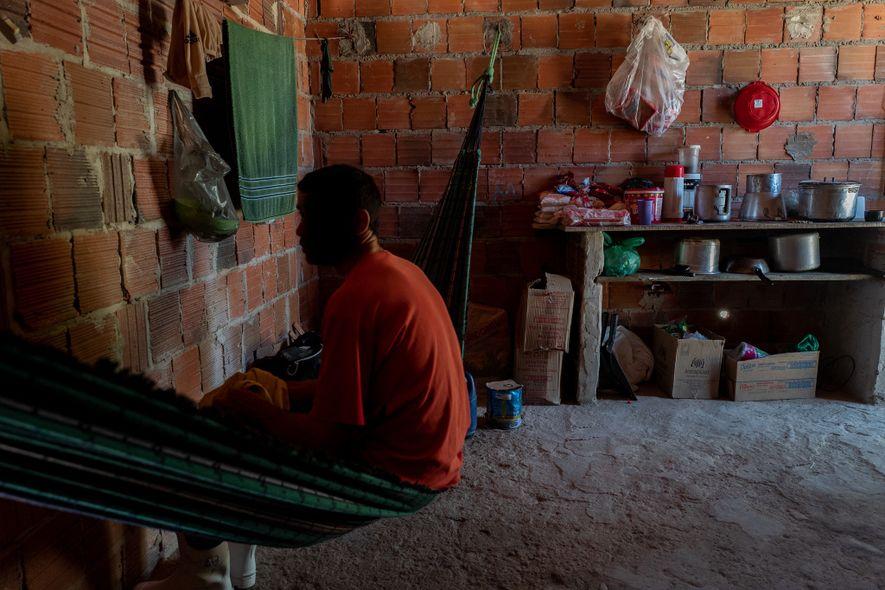 Cinco trabalhadores cujas famílias vivem em outra cidade dormem e redes e dividem uma casa sem ...