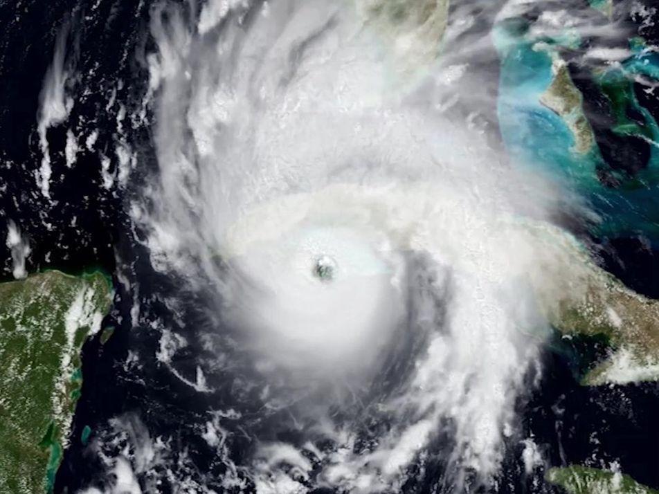 VÍDEO: Cientistas voam no meio do furacão para coletar dados