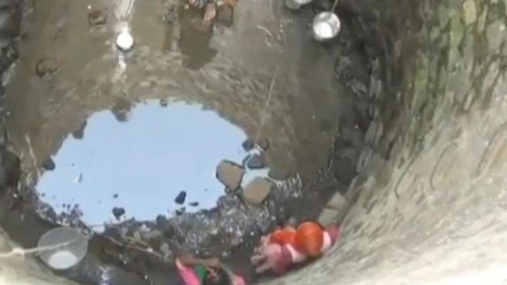 Crianças são obrigadas a arriscar a vida para conseguirem água na Índia