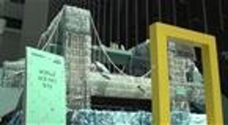 Esta artista fez uma réplica da ponte do Brooklyn com 5 mil garrafas