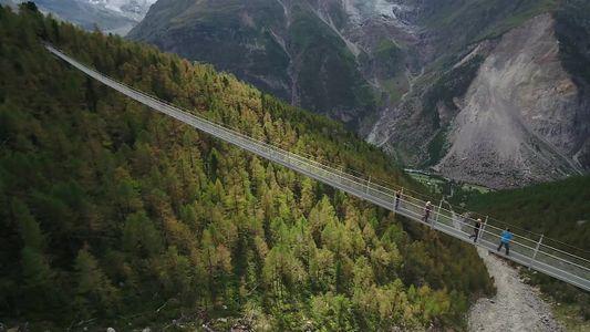 Como é andar na maior ponte suspensa para pedestres do mundo
