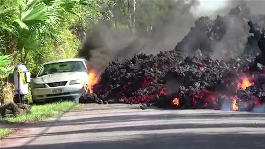 Imagens mostram lava do vulcão Kilauea engolindo carros e casas no Havaí