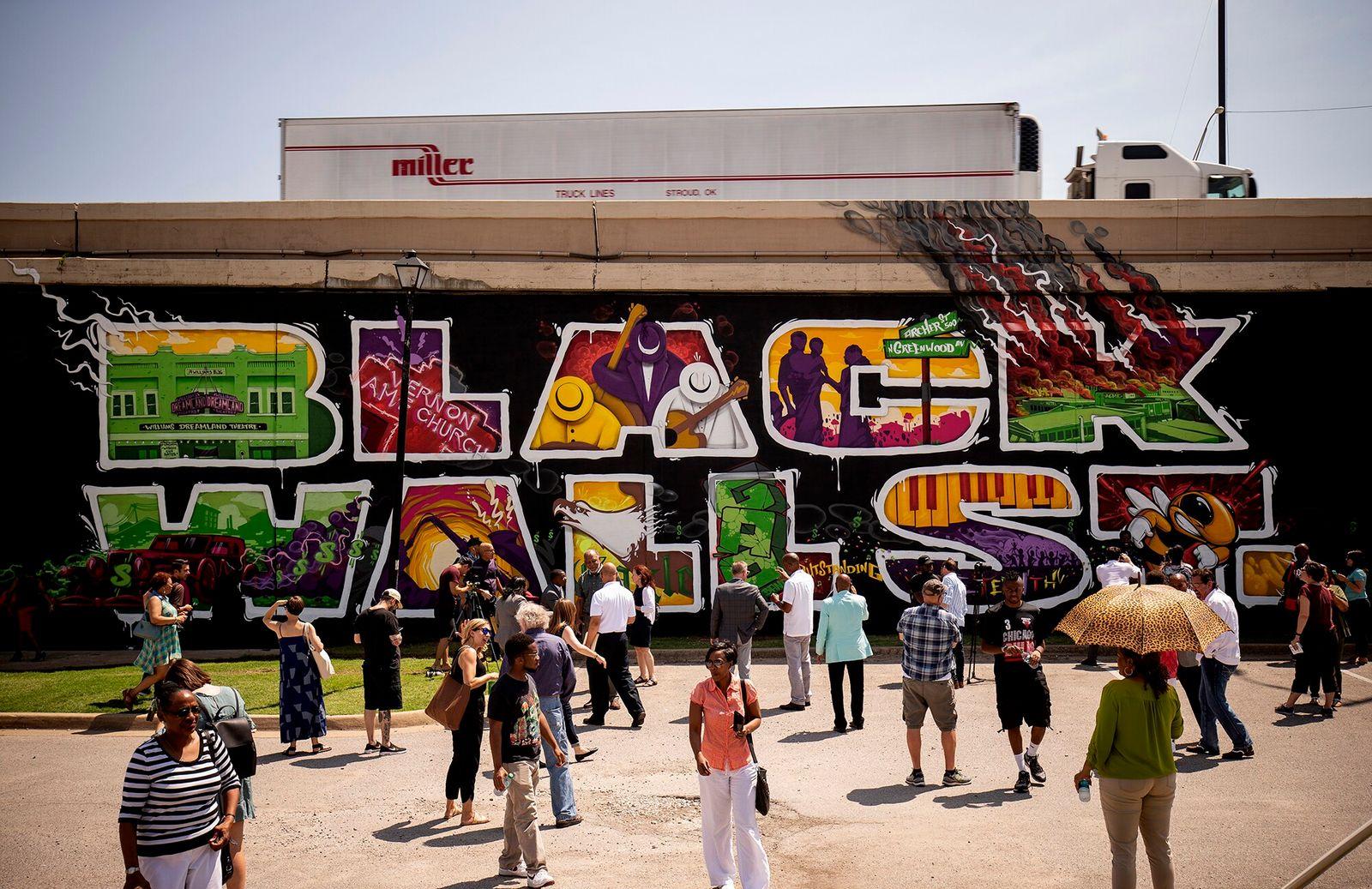 Tulsa, Oklahoma, EUA | Multidão em torno do Black Wall Street Mural, o mural do centro ...