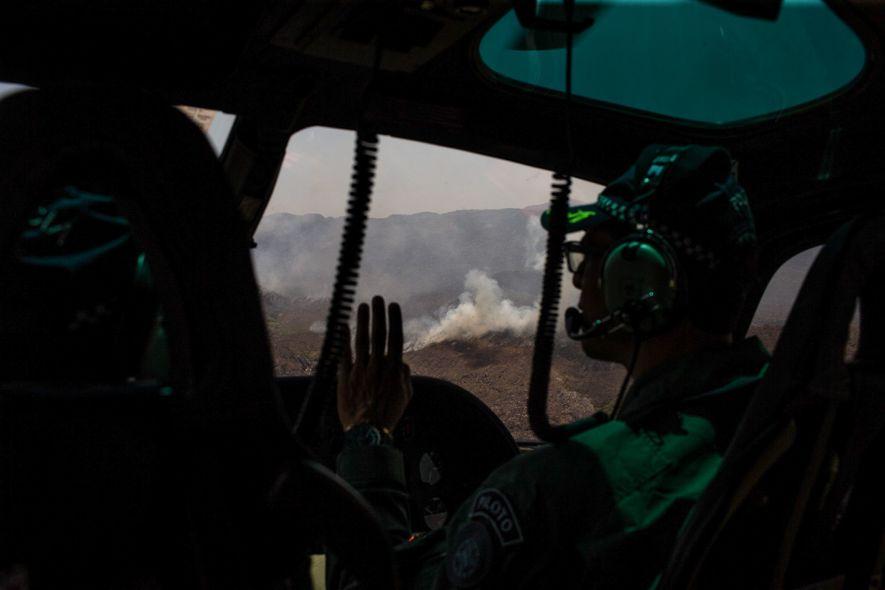Bombeiro observa foco de incêndio próximo a cidade de Alto Paraíso, Goiás.