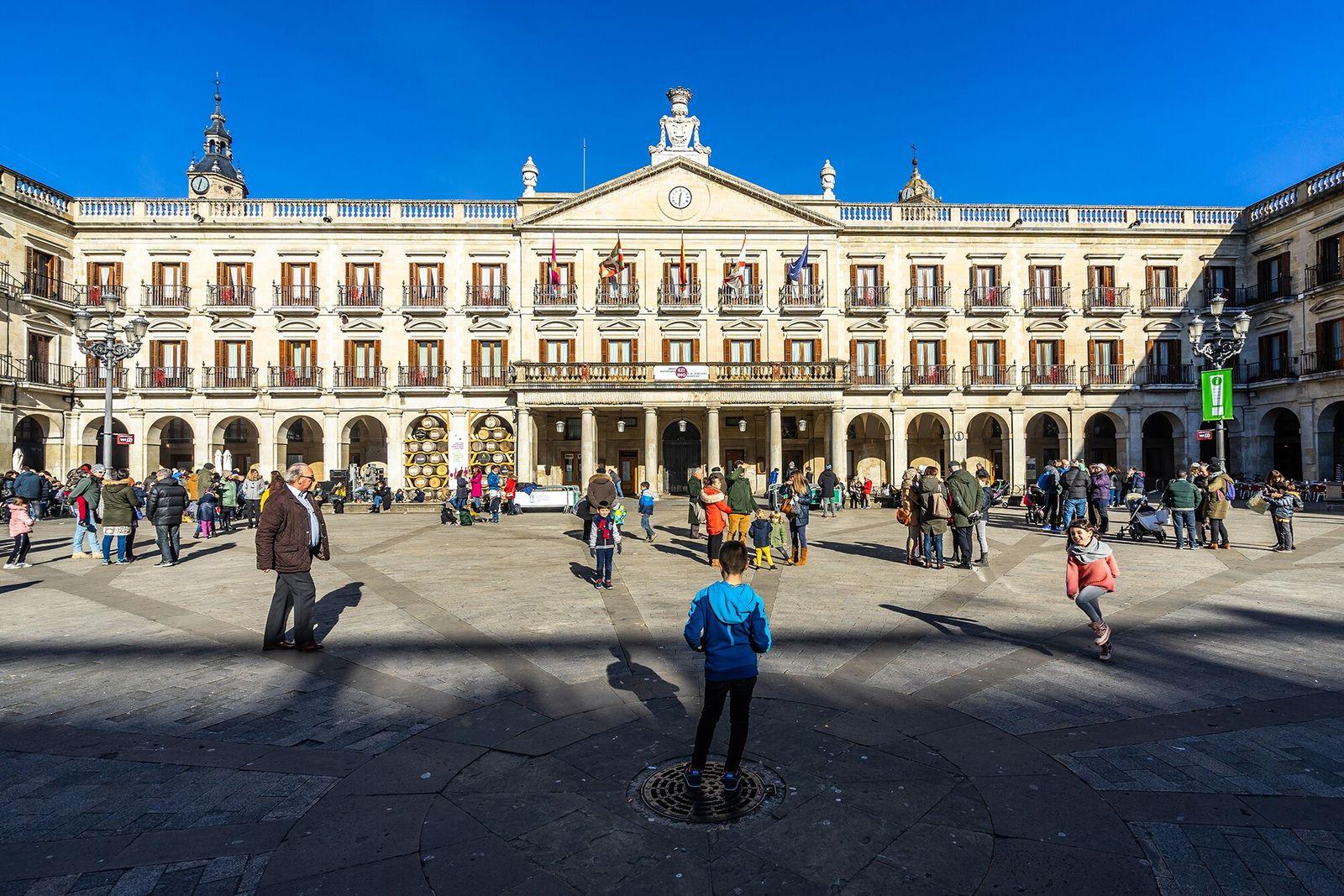 Vitoria-Gasteiz, Espanha | A elegante Plaza Nueva (ou Plaza de España) é um ponto de encontro ...