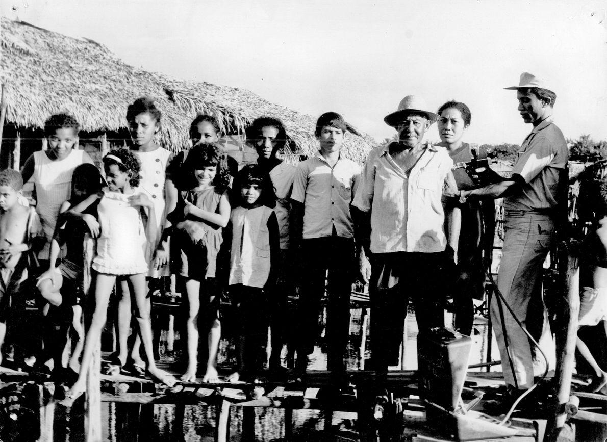 Agente de saúde aplica vacina em moradores de palafitas em São Luís (MA), em 1968.