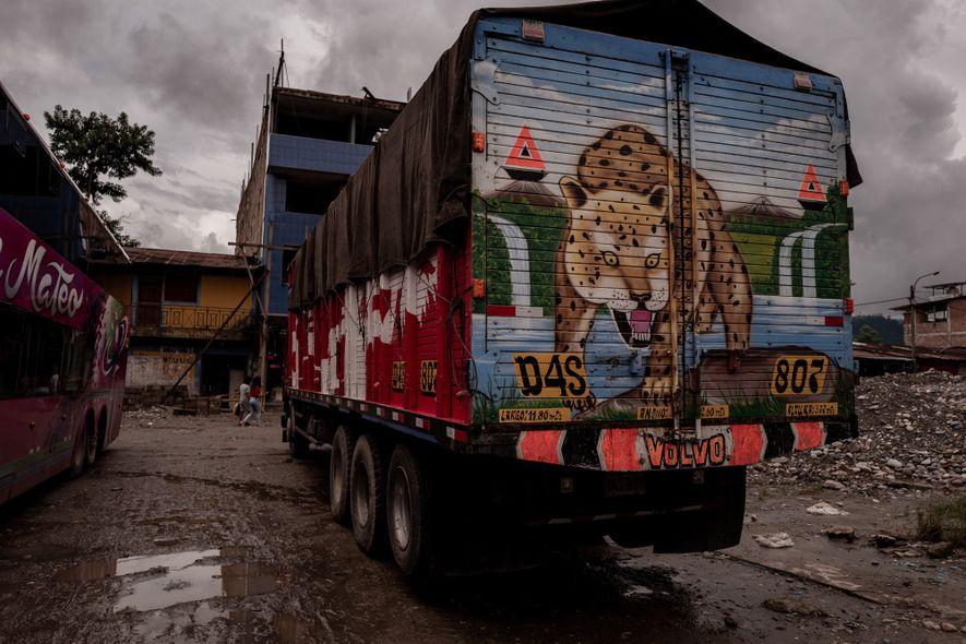 Caminhões como este levam a madeira para outros departamentos ou para barcos maiores que farão o ...