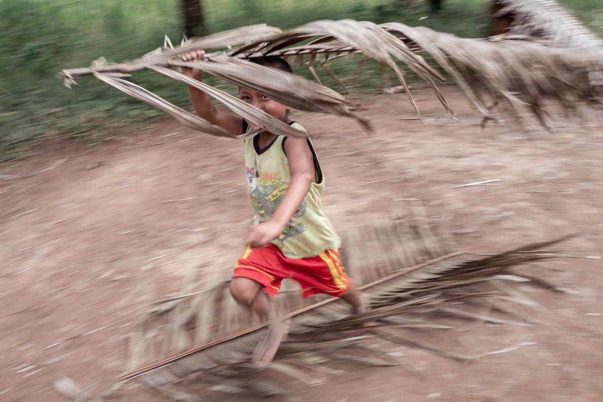 Uma criança wampís brinca na comunidade Ayambis.