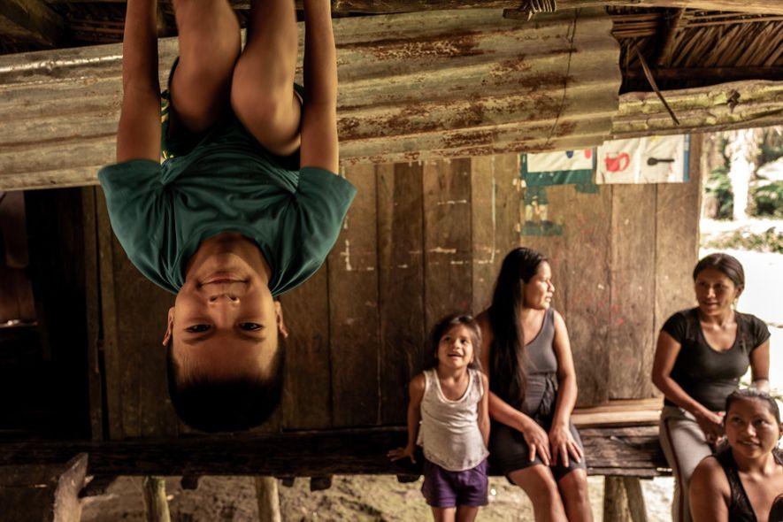 Crianças brincam em uma comunidade wampís.
