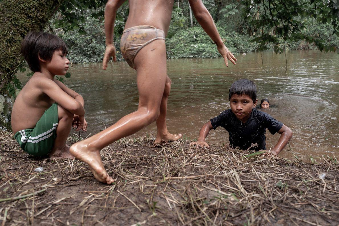 Crianças brincam nas águas do rio Santiago, território wampís.