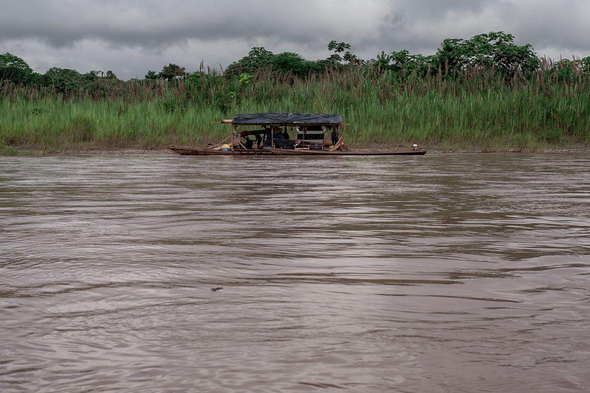 Barco clandestino com equipamentos para extração de ouro navega pelo rio Marañón, na Amazônia peruana.