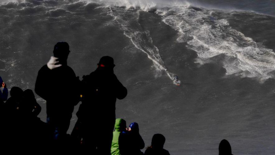 Brasileiro Rodrigo Koxa domina a maior onda já surfada na história