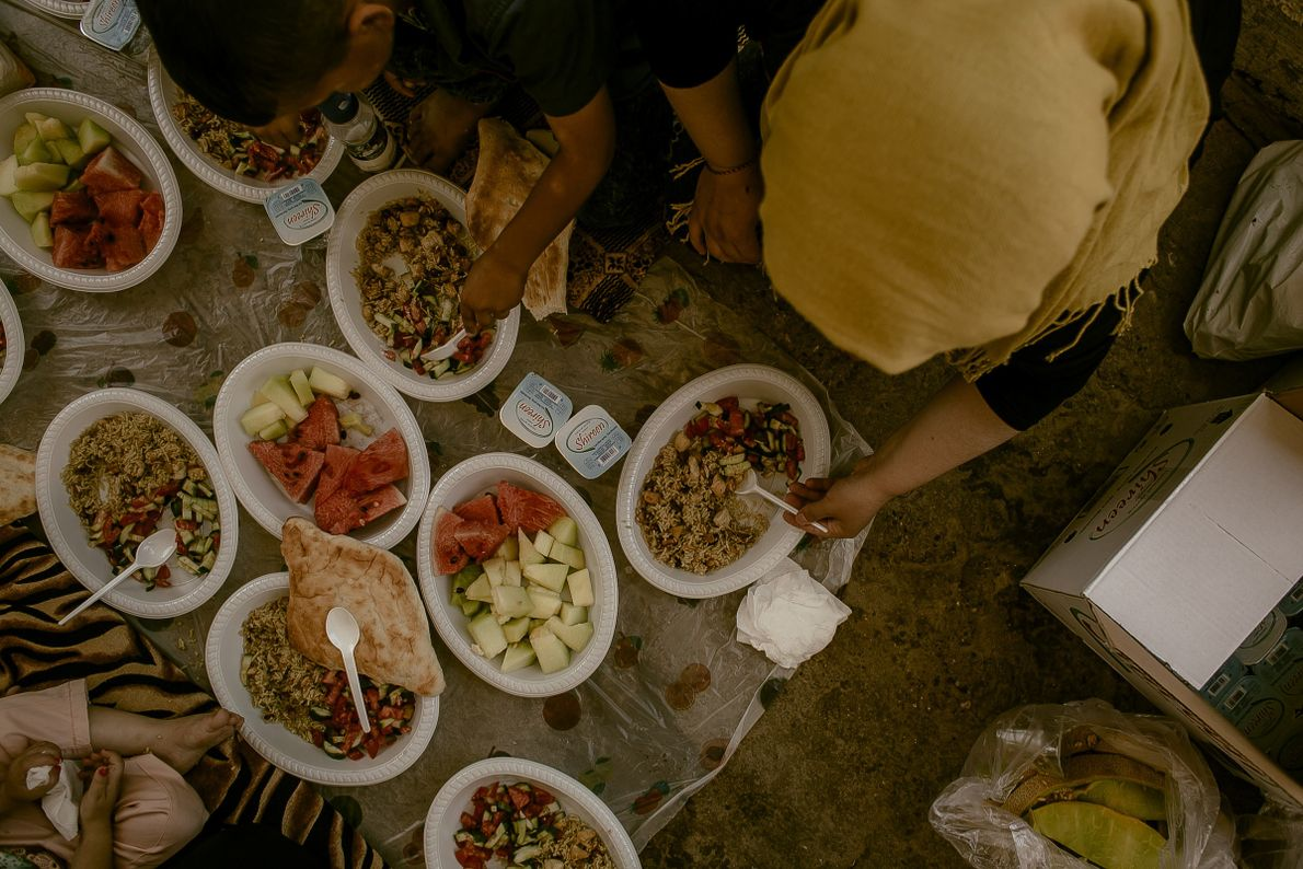comida-antes-do-rebatismo-mulheres-yazidis