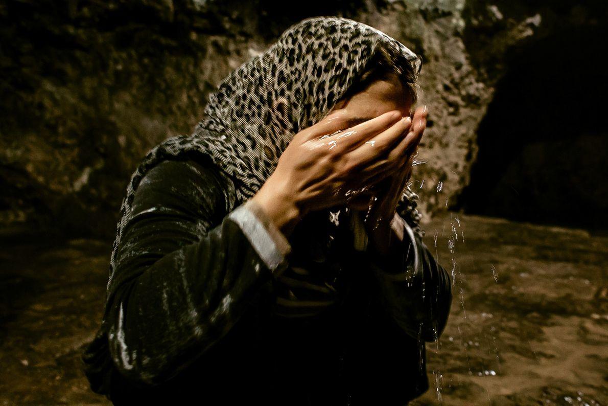 turkia-hussein-lava-rosto-aguas-sagradas-mulheres-yazidis
