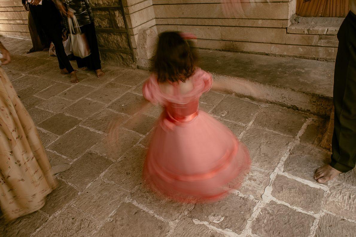 mulheres-yazidis-crianca-dança